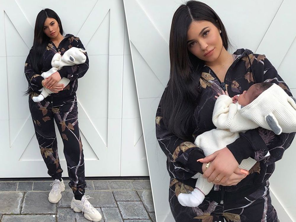kylie-jenner-baby-stormi-face-ring-one-month-birthday-after.jpeg